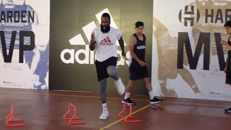 NBA年度MVP球員詹姆斯哈登親自下場示範體能訓練。圖/記者曾智緯攝影