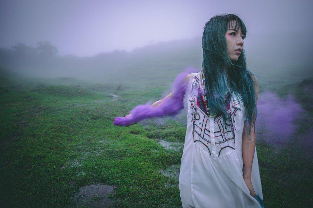 原子邦妮到山上拍攝新歌MV。圖/滾石唱片提供