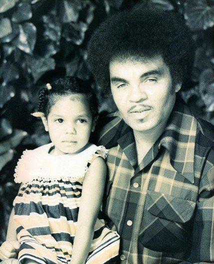 珍娜傑克森(左)貼出小時候與父親的合照。圖/摘自IG