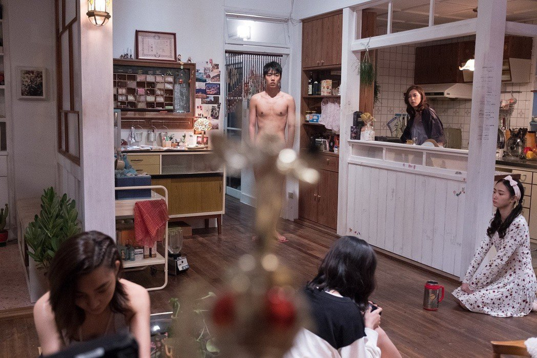 蔡凡熙(中)在「有五個姊姊的我就註定單身了啊!」挑戰全裸戲,只穿肉色內褲。圖/群