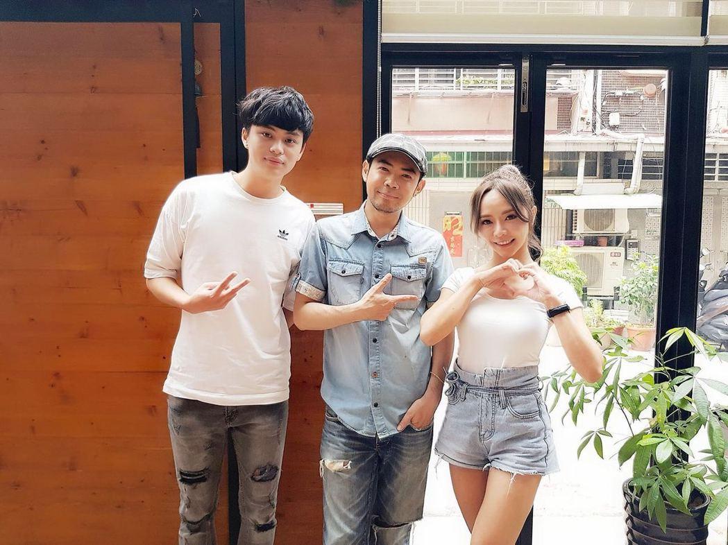 No name(中)率直播主莫莫(左)、巫苡萱合作公益單曲。圖/艾迪昇提供
