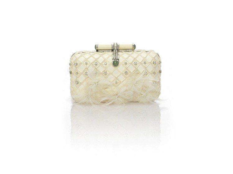 摩登異域系列華麗晚宴小羊皮、蠶絲手拿包,售價65,800元。圖/夏姿提供