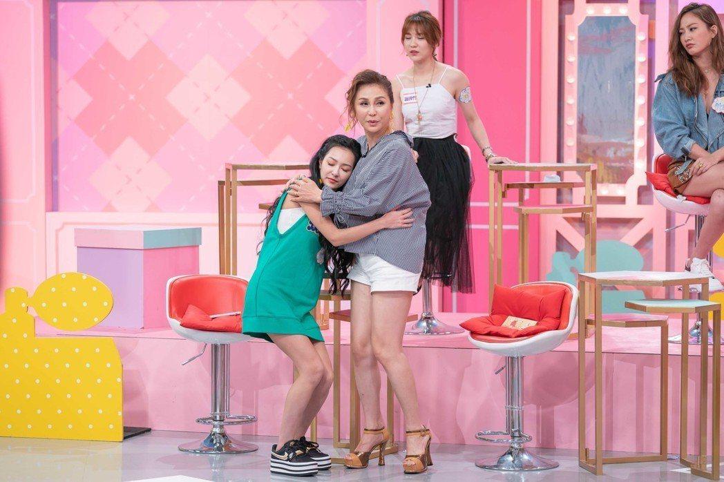 梁佑南(左二)和王思佳(左一)模擬被性騷擾的情形。圖/TVBS提供