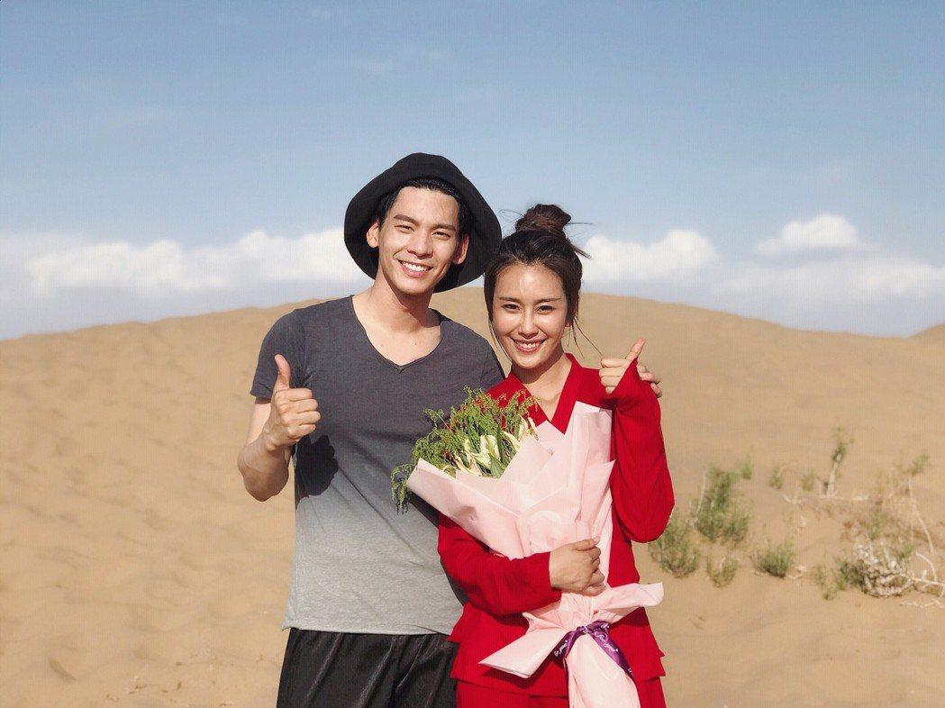 林柏宏(左)與黃心娣在沙漠中拍攝「小女花不棄」。圖/周子娛樂提供