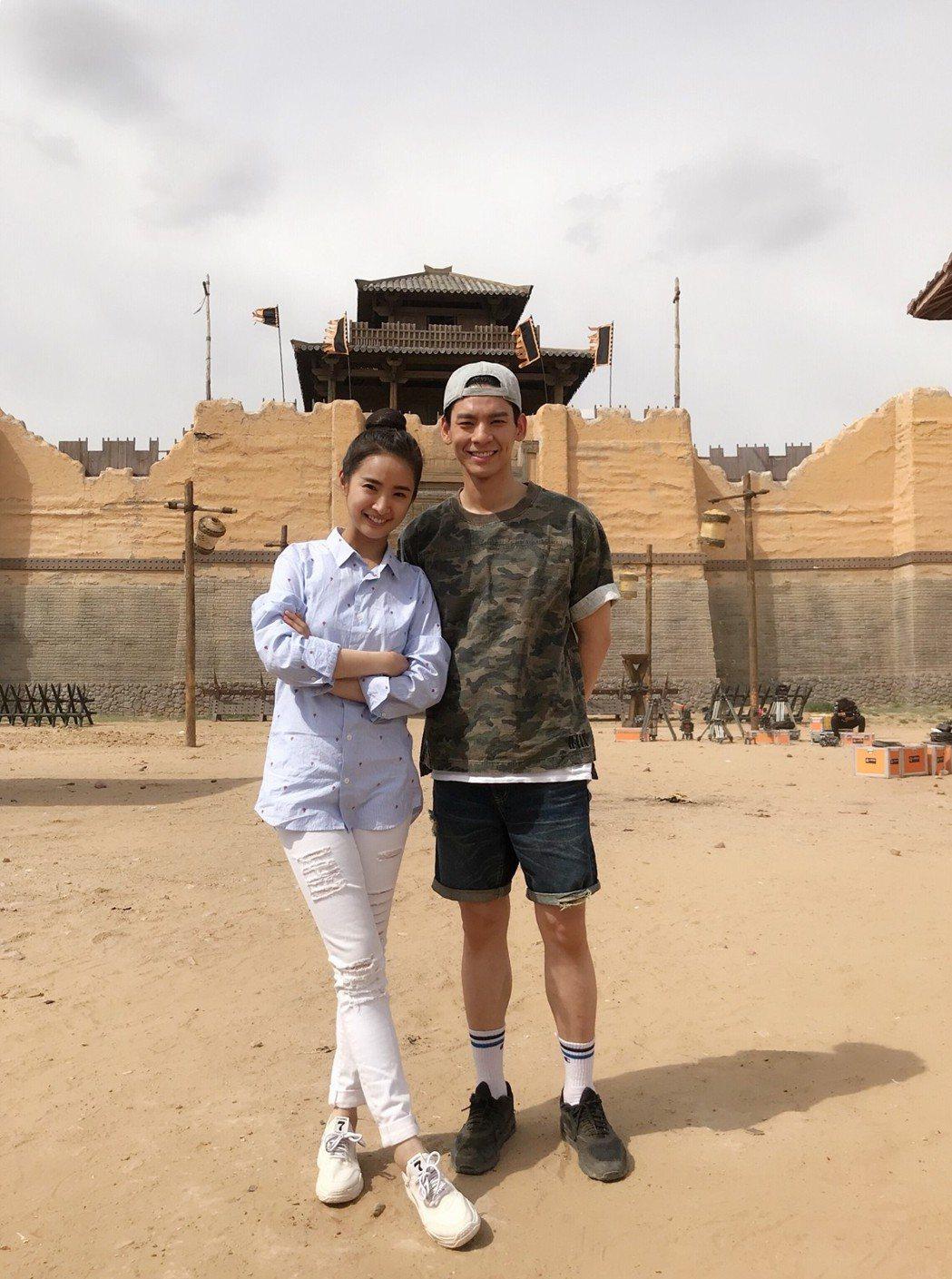 林柏宏(右)與林依晨合作拍攝「小女花不棄」。圖/周子娛樂提供