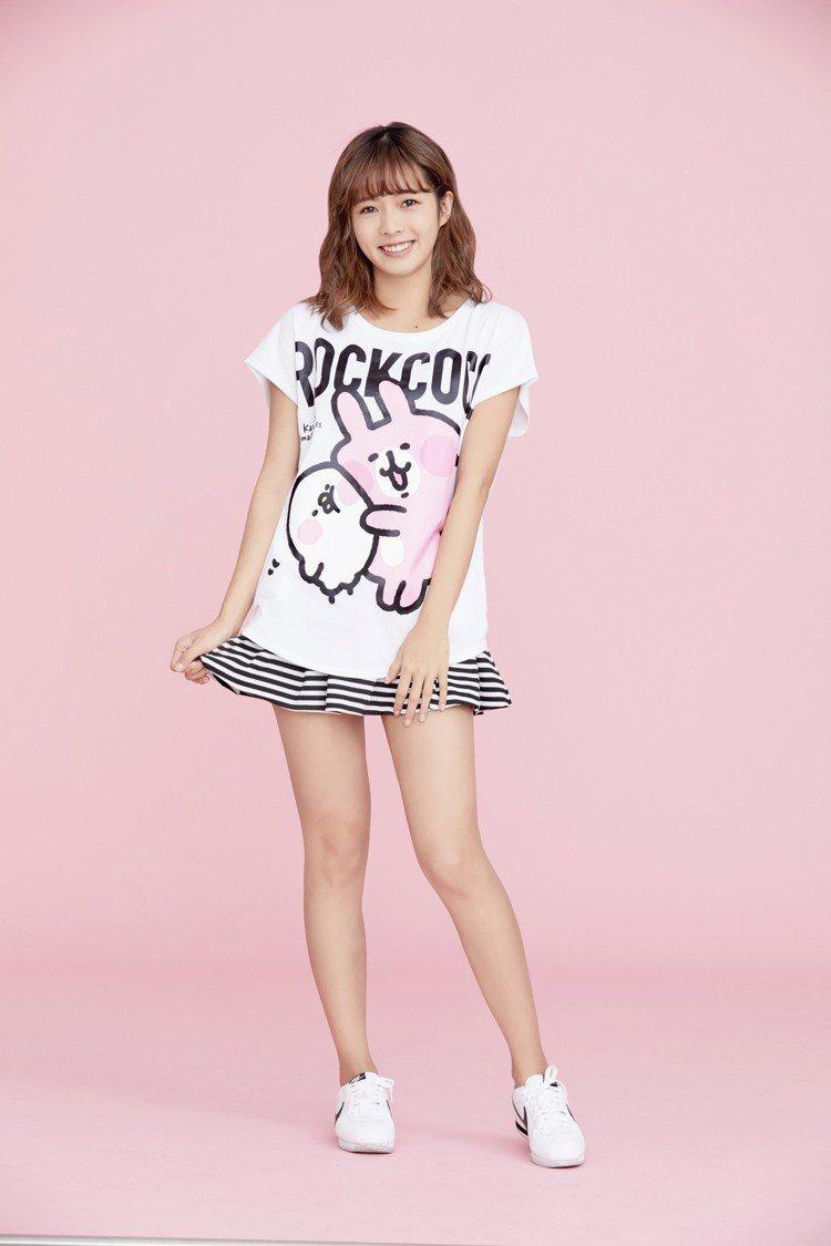 新生代偶像簡廷芮詮釋潮流女裝ROCKCOCO則與插畫家Kanahei合作的T恤。...