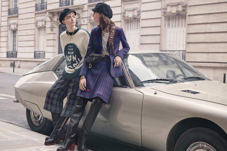 海軍藍格紋西裝外套13萬元、海軍藍格紋褶裙12萬5,000元。圖/Dior提供