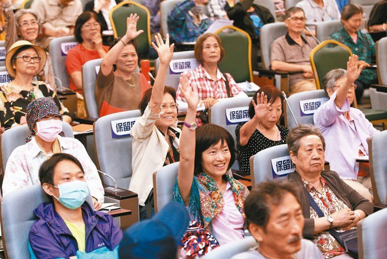 民眾出席「抗癌要『營』,體重要行」講座,台上台下互動踴躍。 記者林澔一/攝影