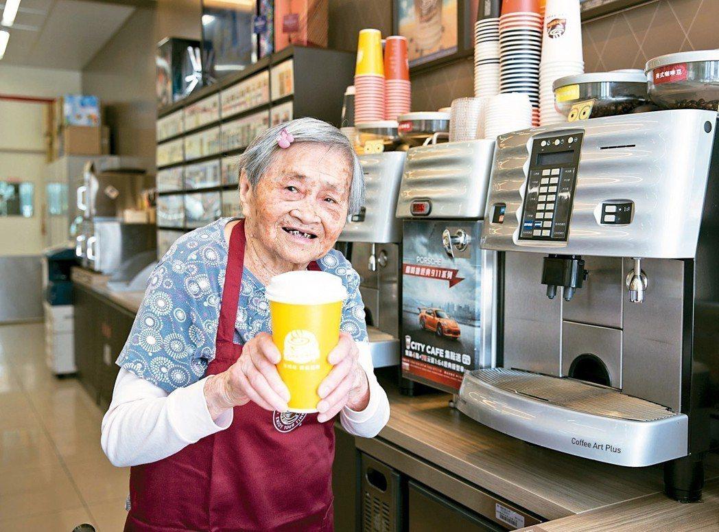 天主教中華聖母基金會和統一超商合作推出「幾點了咖啡館」,讓失智長輩為顧客做咖啡。...