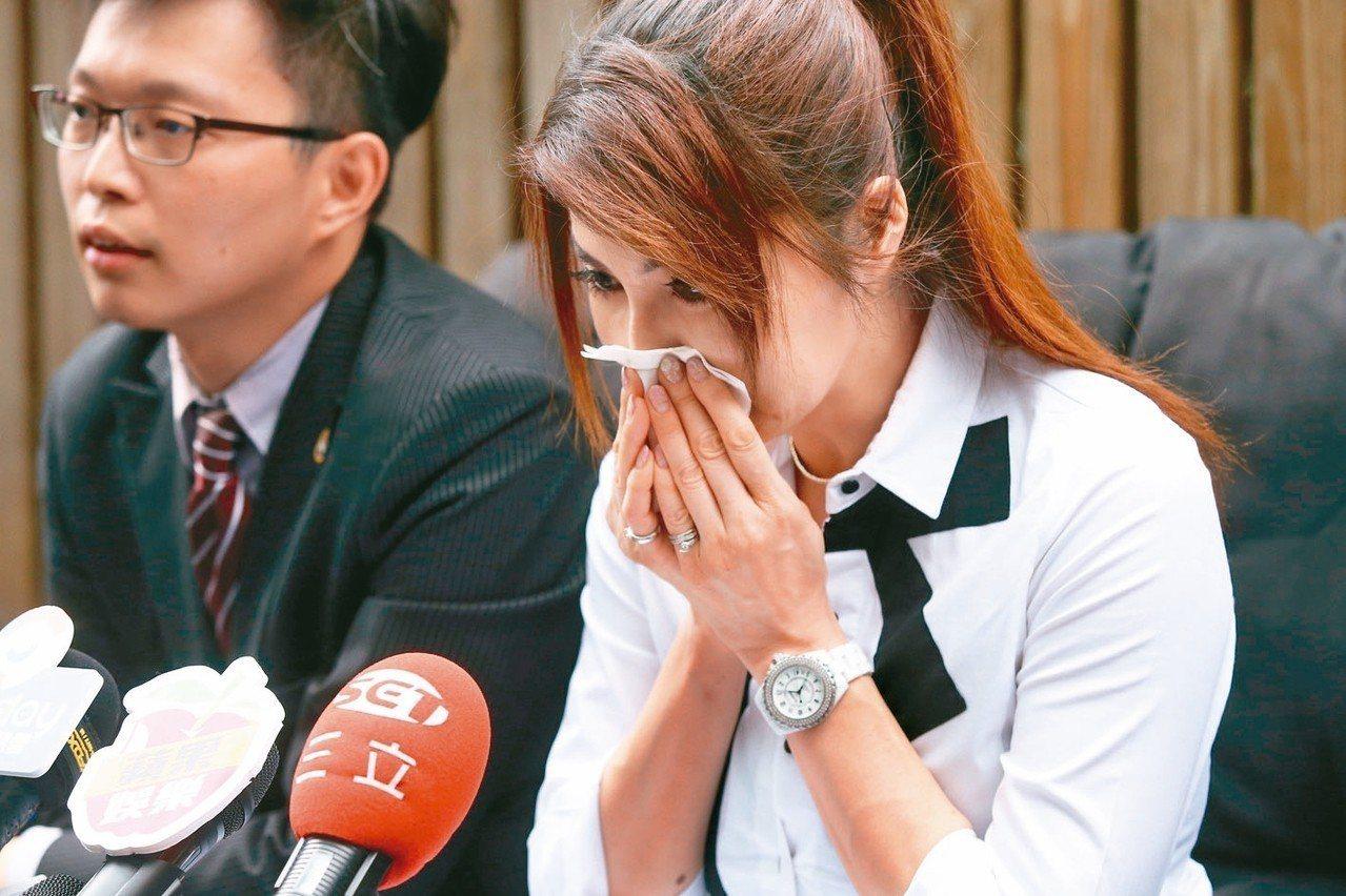 楊麗菁先前在律師陪同下,控訴前男友龔偉綸的惡劣行徑。 記者林俊良/攝影