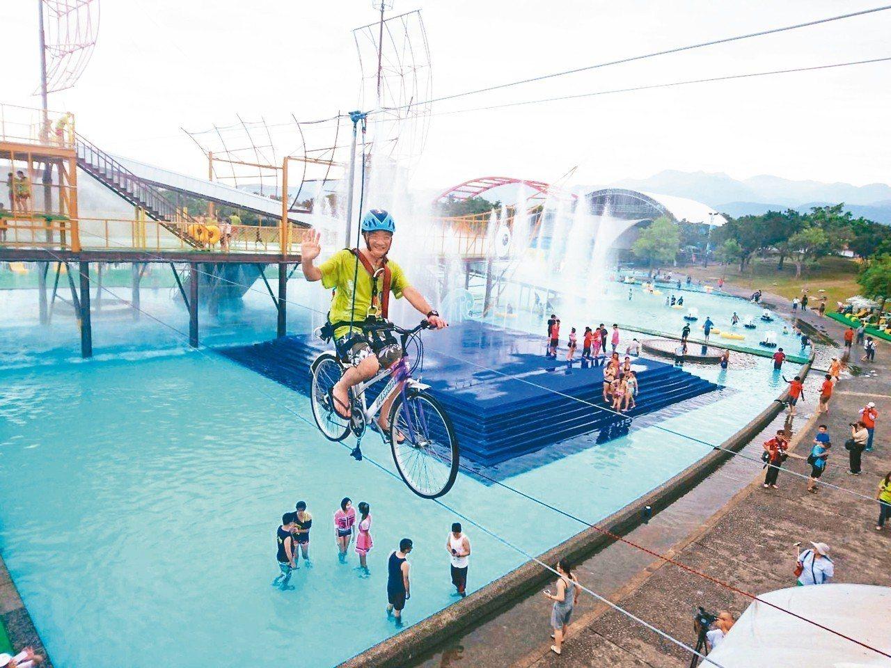 童玩節試玩,可以騎踏車橫空而過。 記者羅建旺/攝影