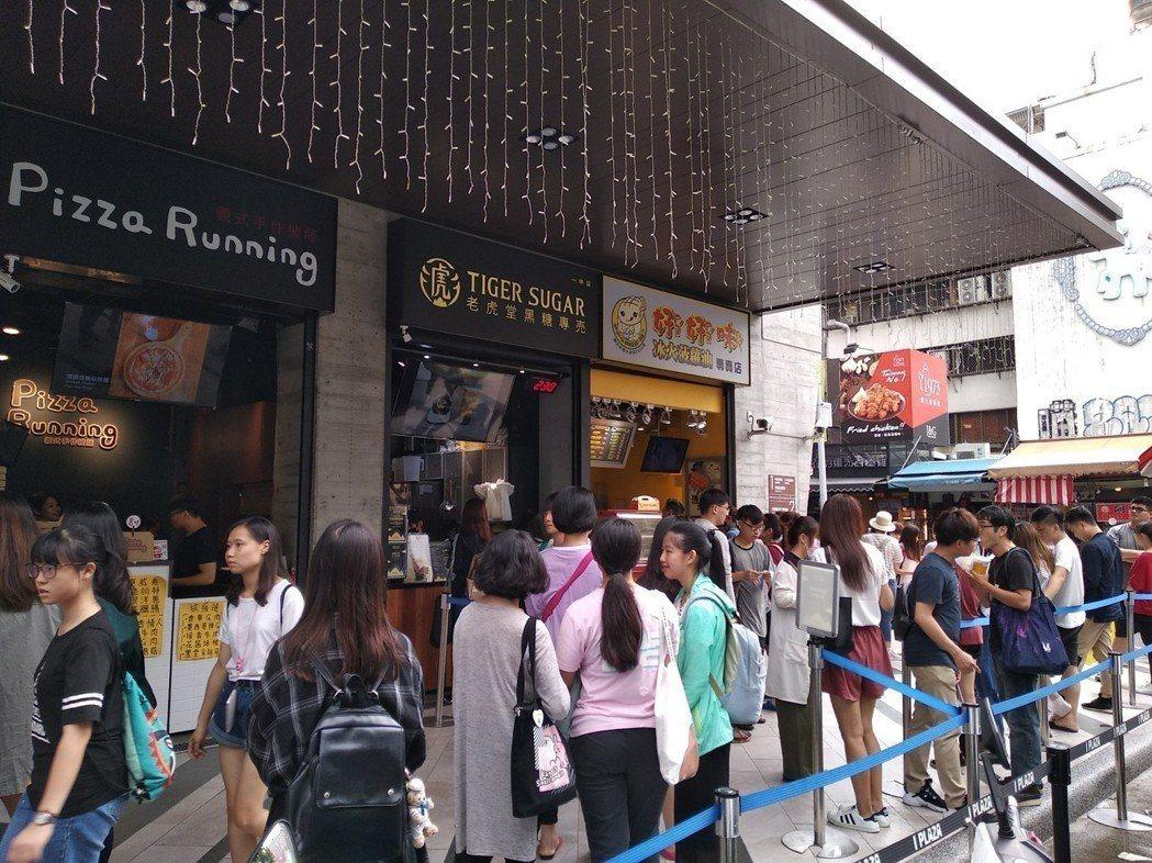 爆紅的排隊飲料店「老虎堂」近日不僅傳出手炒黑糖涉及廣告不實,在台北的四家分店也無...