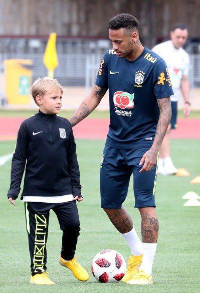 內馬爾和7歲大兒子大衛盧卡一起練球。 歐新社