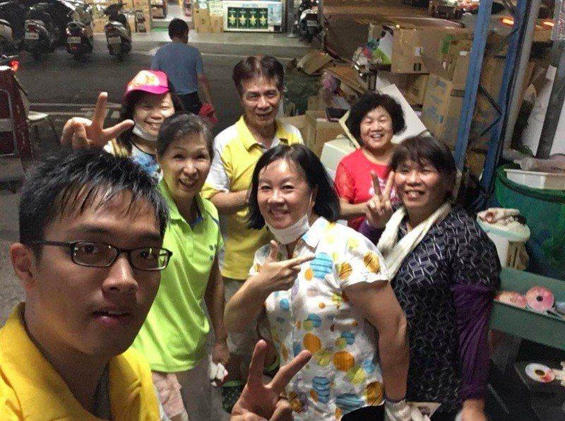 時代力量新北市議員參選人彭盛韶(左)日前到僑中里幫忙做資源回收,從去年底至今已「...