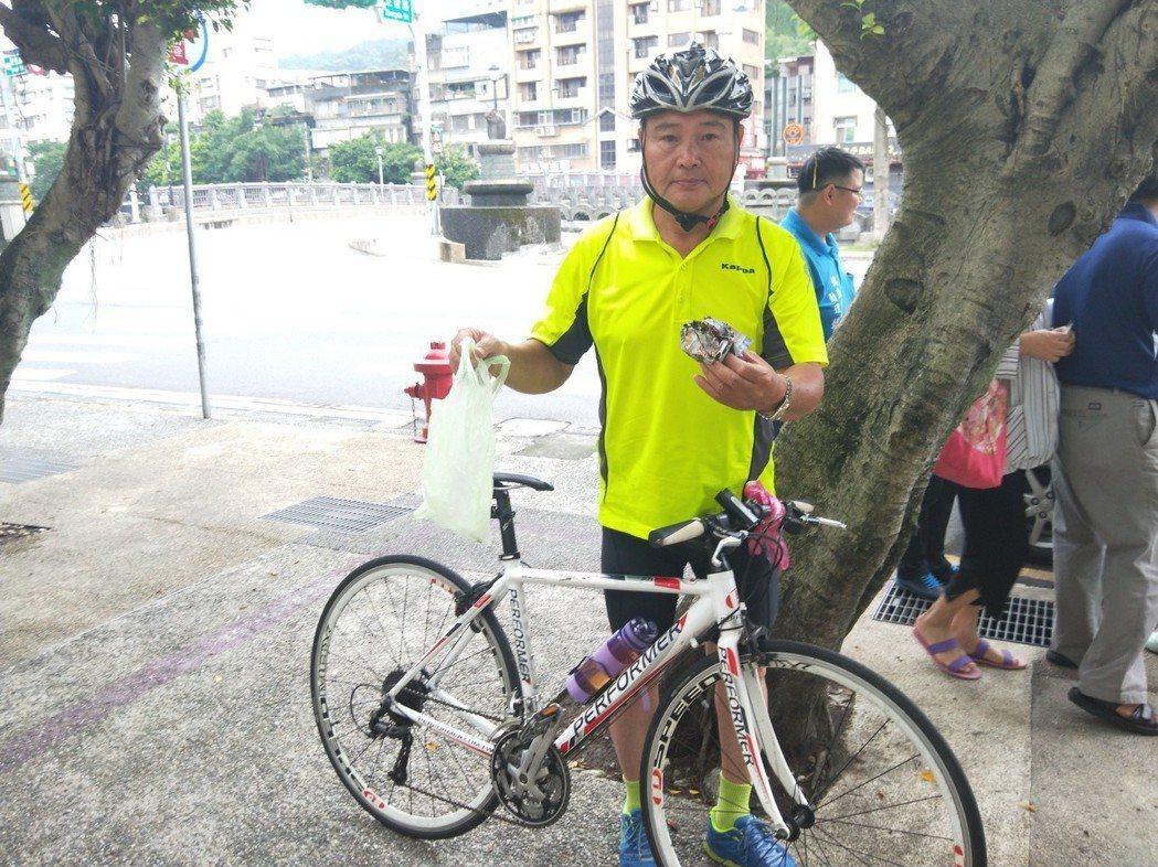 基隆市議員參選人陳東財每天騎腳踏車拜票,都拿袋子順手撿垃圾、回收物。 記者游明煌...