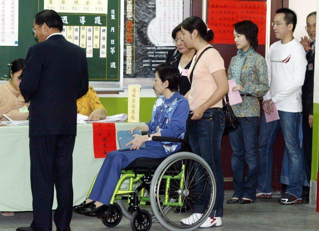 2008年,陳水扁總統和夫人吳淑珍、公子陳致中(右一)夫婦一家人到台北市民族國小...