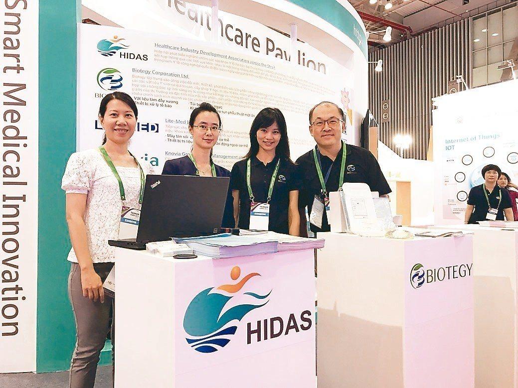 方旭偉教授(右一)帶領方策科技Biotegy於越南胡志明市參展。 方策/提供