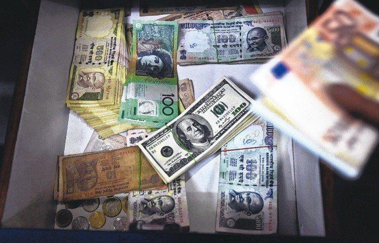 今年全球經濟穩定成長,衰退風險極低,且信用市場基本面穩健,有利高收益債投資。 (...