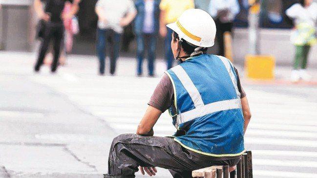 高雄國稅局指出,必須大量人力投入、亟需臨時工的工作,例如營造公司、工程行等,都是...