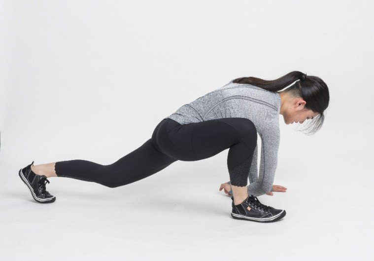 身體往前趴,盡可能讓靠近前腳的手肘接近地面,另一隻手撐地(伸展肩胛骨,活動前鋸肌...