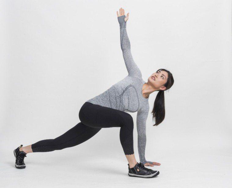 手往後打開(伸展胸椎與胸肌)盡量展開胸口,肩帶往身後收 圖/摘自《健身從深蹲...
