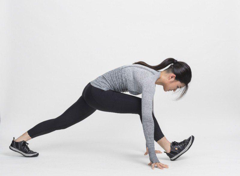 身體轉回正面,雙手摸地手摸地後,前腳盡量伸直(伸展後腿與小腿),腳尖略勾起。...
