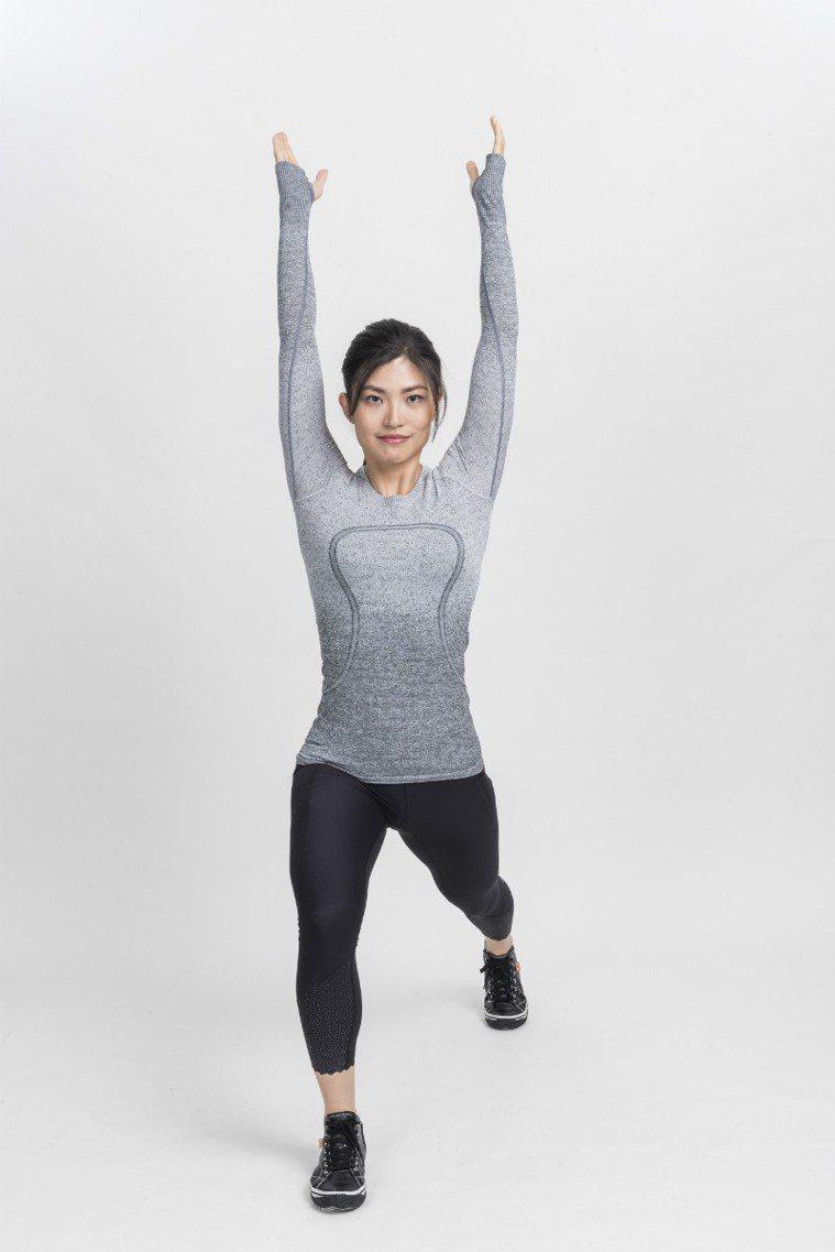 前後腳的腳尖都朝前指向正前方,這樣才站得穩 圖/摘自《健身從深蹲開始》