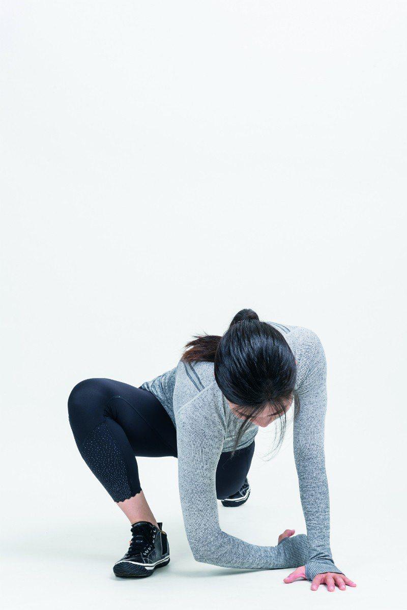 手肘貼近地板。碰不到地沒關係,「肚子往地板靠近」即可。 圖/摘自《健身從深蹲開始...