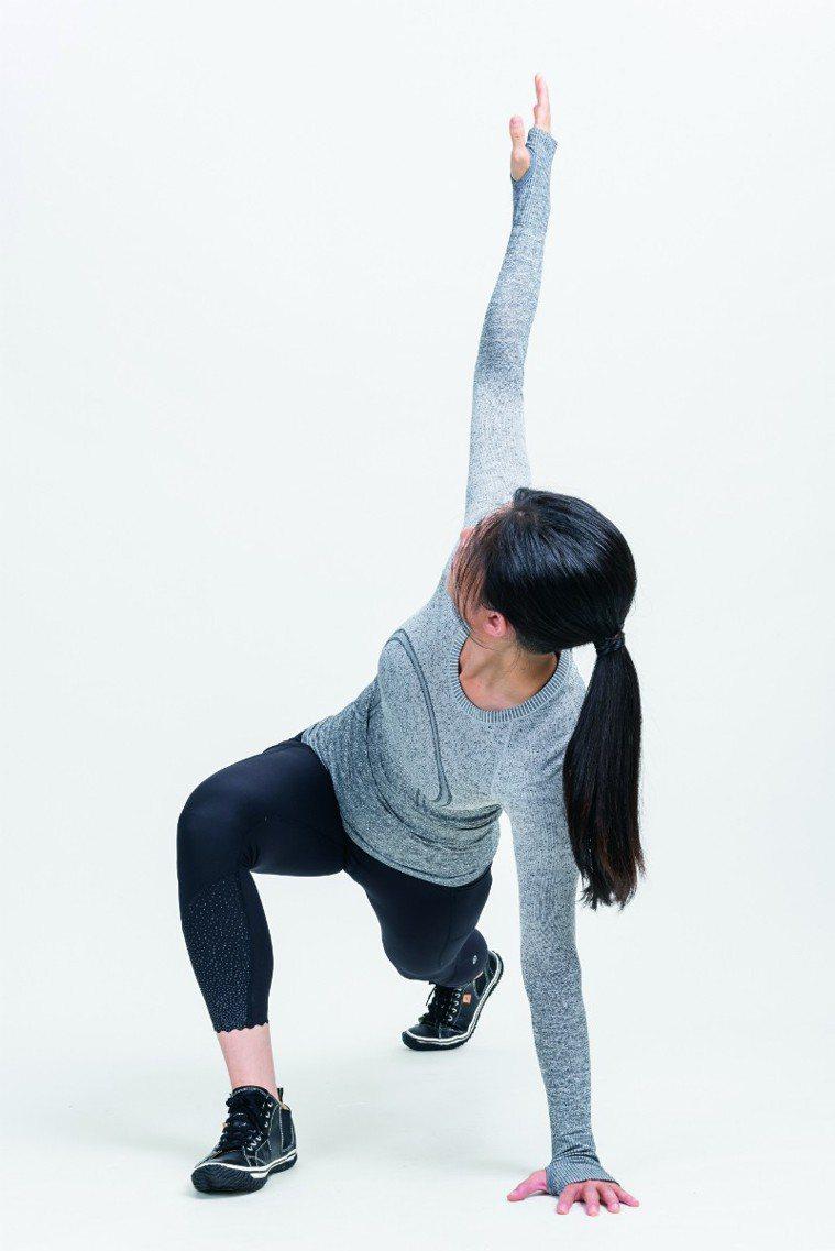 展開胸口,手往身後。 圖/摘自《健身從深蹲開始》