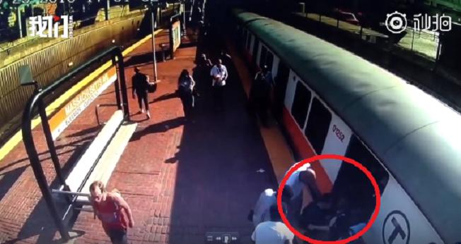 美國一名女子在左腿卡進列車和月台間,受傷嚴重之餘仍不忘提醒旁人別叫救護車,她表示...