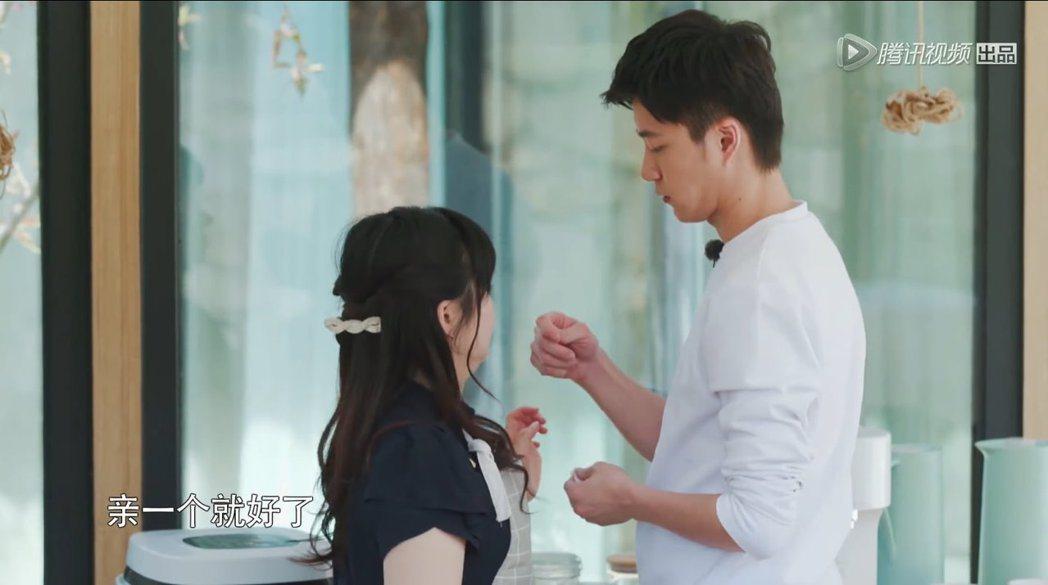 江宏傑(右)與福原愛(左)一同上實境節目《幸福三重奏》。 圖/擷自Youtube