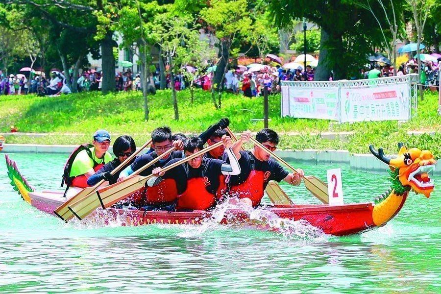 台中首次舉辦水上龍舟錦標賽,選在台中花博三大展區之一的葫蘆墩園區軟埤仔溪進行。