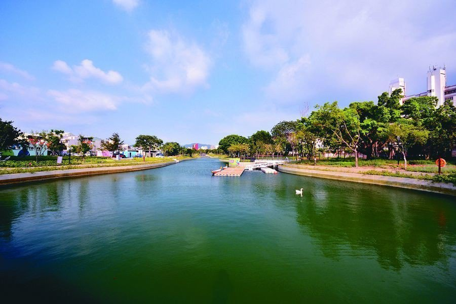 台中市府在軟埤仔溪流打造約1公頃的景觀水域,湖寬20至36公尺、長300多公尺,...