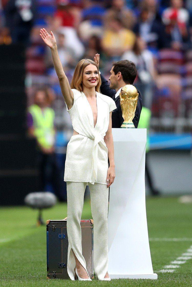 俄羅斯超模娜塔莉亞身穿2019早春系列護送路易威登特別訂製的獎座手提硬箱。圖/L...