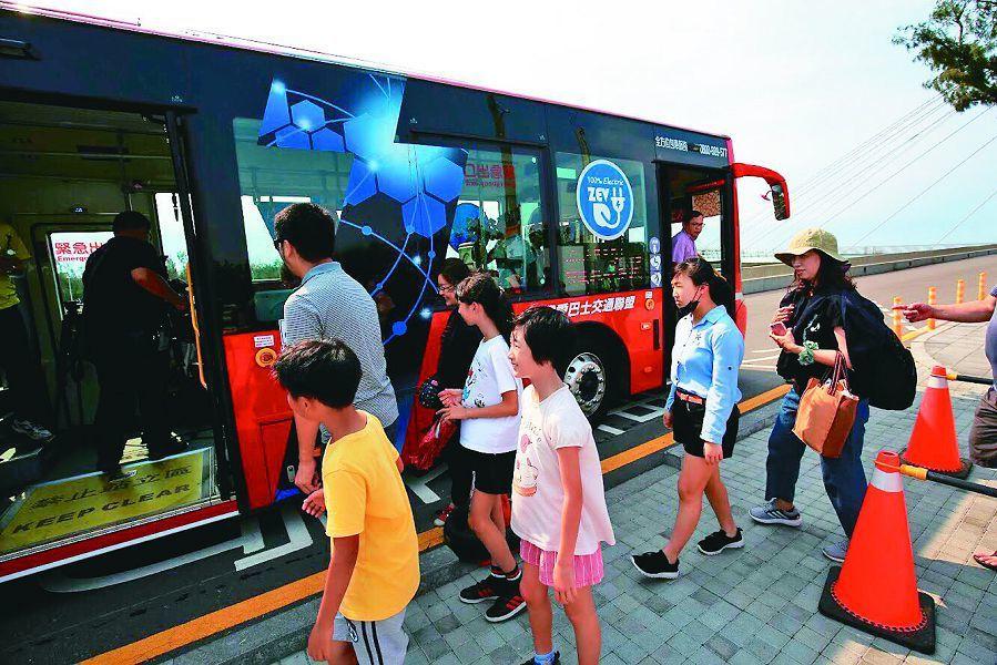 台中市推動「綠色交通」,其中電動公車快速成長,目前總數85輛,上路營運數高居全國...
