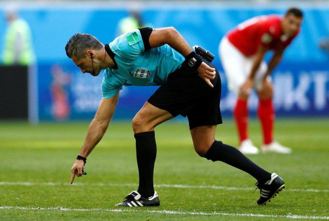 FIFA應該在裁判的薪資上,作出一定的調整好以令裁判們拒絕有心人士金錢誘惑。 路...