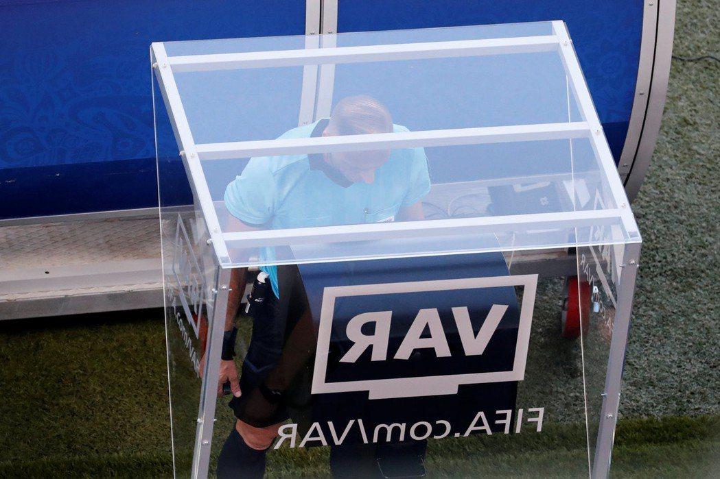 本屆賽事裡採取了電視補助判決VAR,試圖彌補裁判執法的不足。 路透