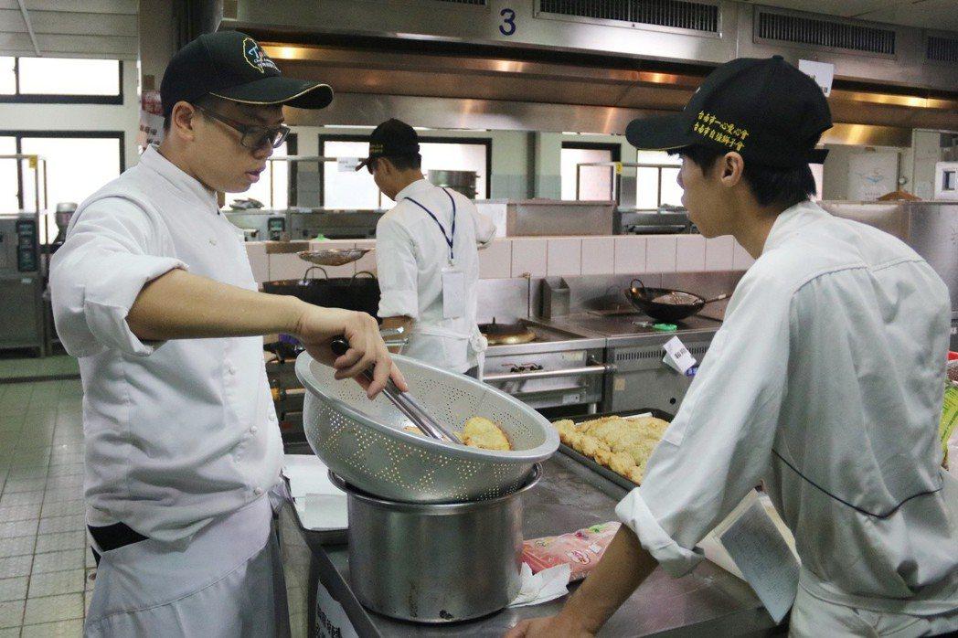 弘光科大餐旅系學生參加環台義煮,準備美味佳餚 弘光科大/提供。