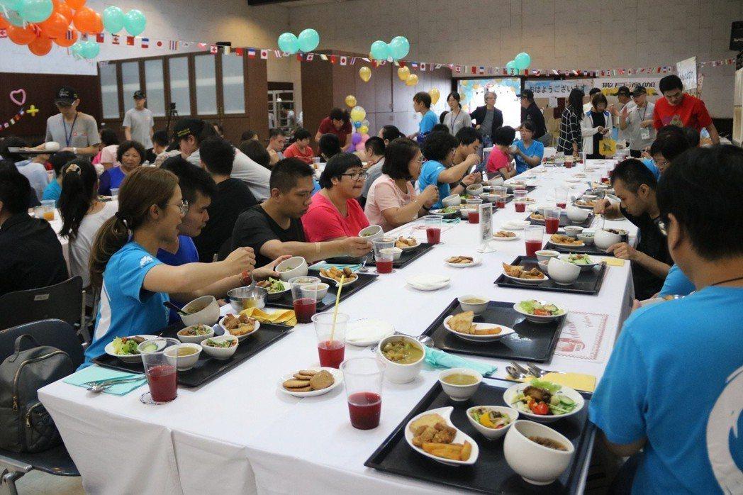 弘光科大餐旅系學生舉辦義煮,第一站邀請信望愛院童到校用餐。 弘光科大/提供。