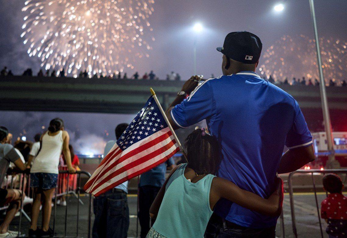 7月4日是美國年度最愛國的一天——獨立紀念日——今年迎接第242周年。圖為美式足...