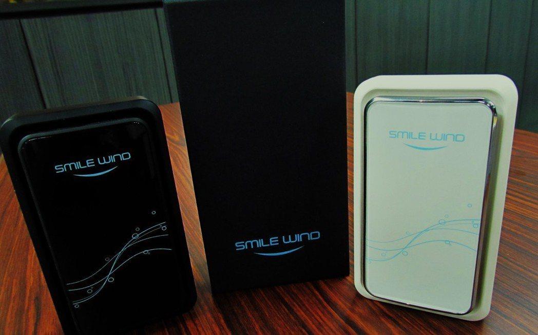 第一代空氣淨化機外型酷似智慧型手機,目前有黑/白二色可選擇。 林凱祥/攝影