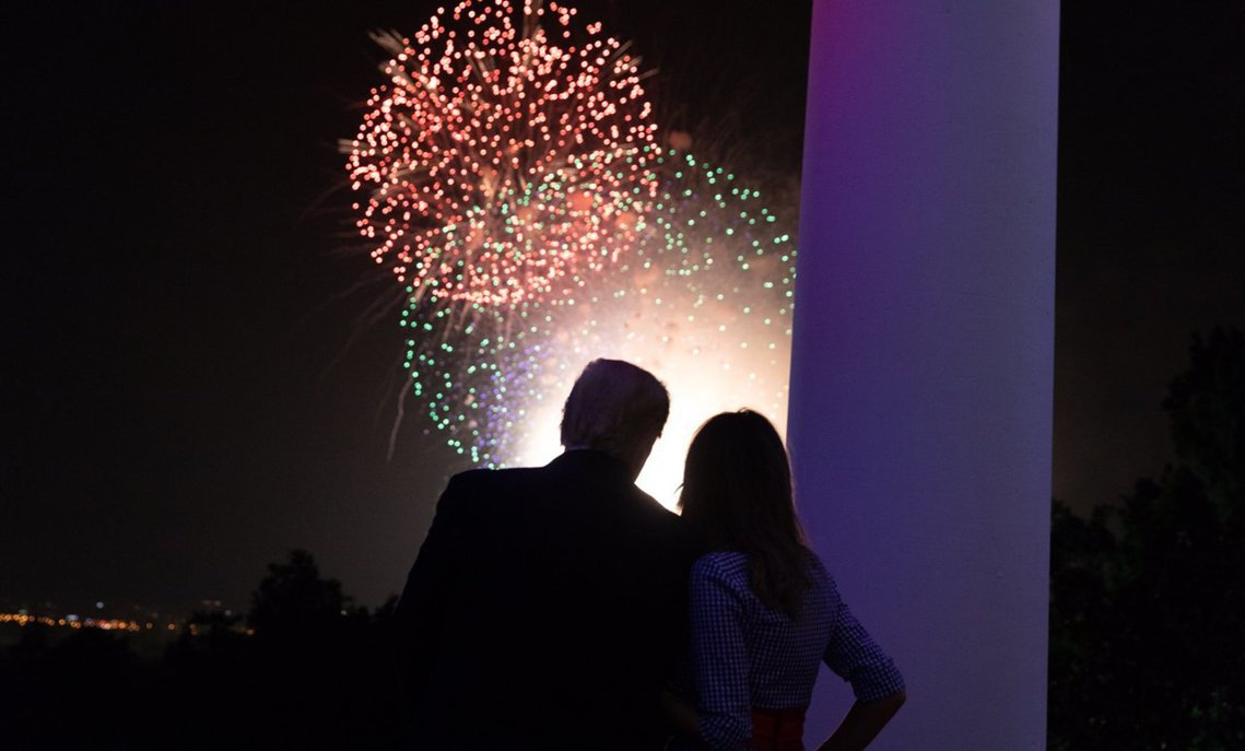 美國總統川普在twitter上秀出夫妻倆欣賞國慶煙火的恩愛背影照。 圖/川普的手...
