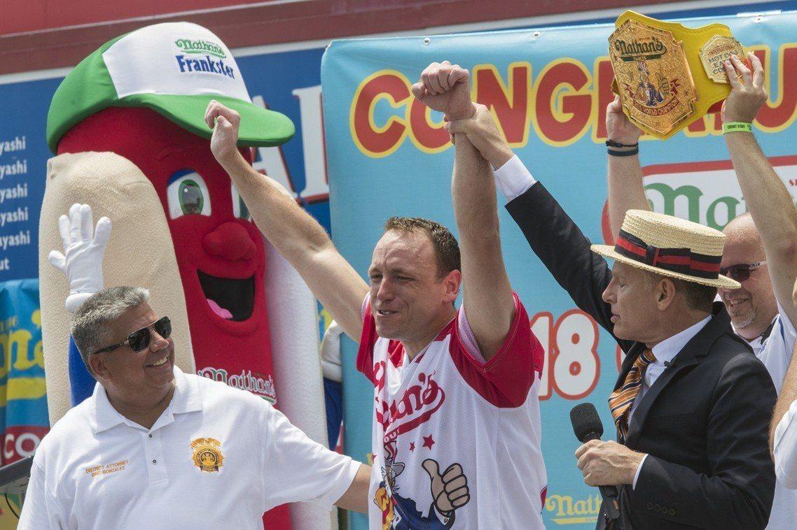 今年34歲、綽號「大白鯊」的切斯納特(Joey Chestnut),以10分鐘吃...