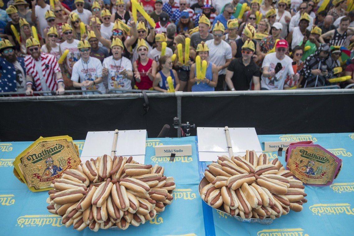 第46屆國際吃熱狗大賽,於當日上午10點,在科尼島的美式熱狗旗艦店「納森」(Na...