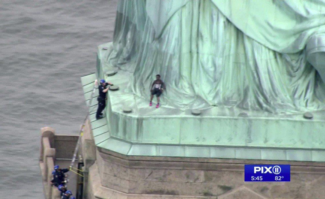 當日下午3點半左右,一名女子被發現闖入自由女神像的基座台,爬到了女神裙底的腳底板...