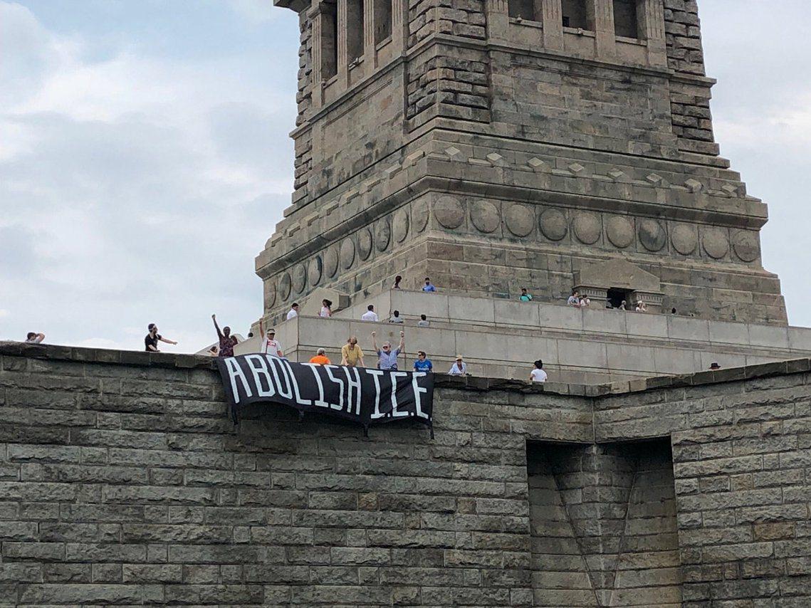 社運團體「紐約起義抗爭」(Rise and Resist NYC)高舉「Abol...