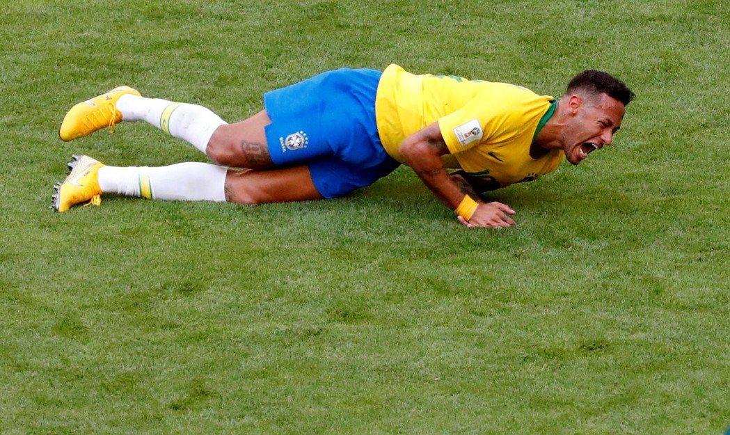 內馬爾摔倒動作被批評演很大。 路透