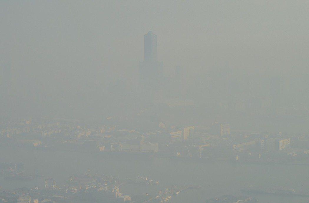 冬天嚴重的霾害,從壽山遠眺高雄市一片霧濛濛,連高雄地標85大樓都不見了。 攝影/...