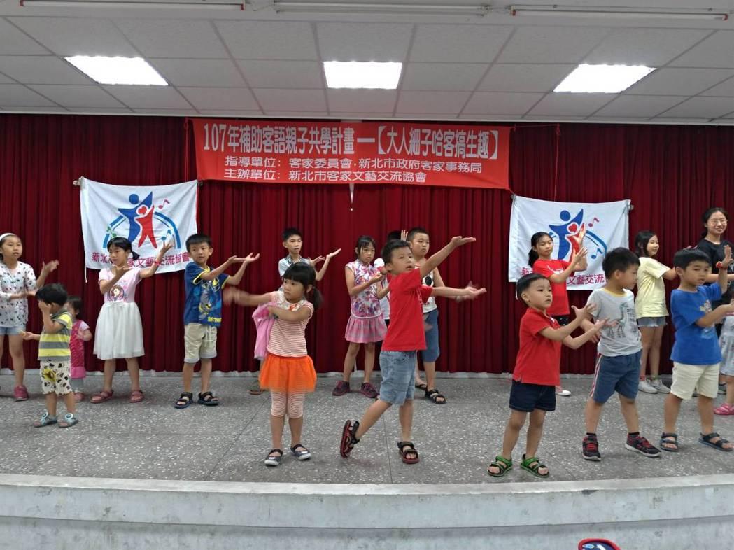 客語薪傳師藉由客語童謠來帶動唱。 新北客家局/提供。
