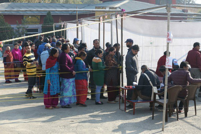 圖為準備投票的尼泊爾選民。 中新社